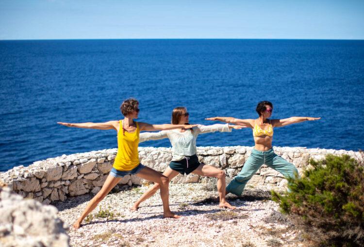 Tjedan joge na Biševu //  Tri gostujuće instruktorice